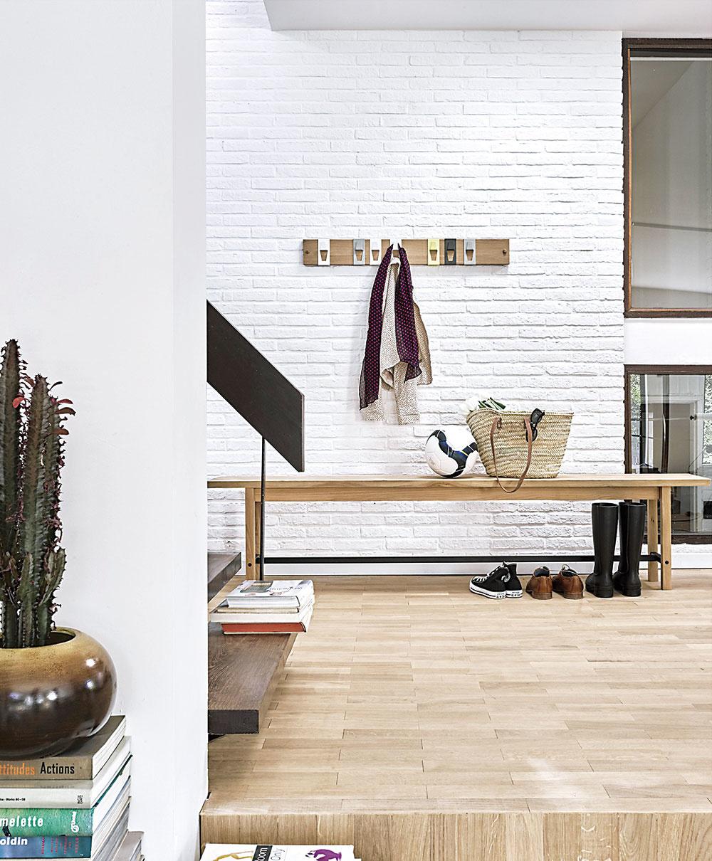 Pri obúvaní mnohí isto ocenia praktické lavice, ktoré môžu využiť viacerí naraz. Výhoda je, že úložná plocha vzniká nielen pod nimi, ale aj priamo na nich. Lavicu od značky Universo Positivo kúpite na www.einrichten-design.com.