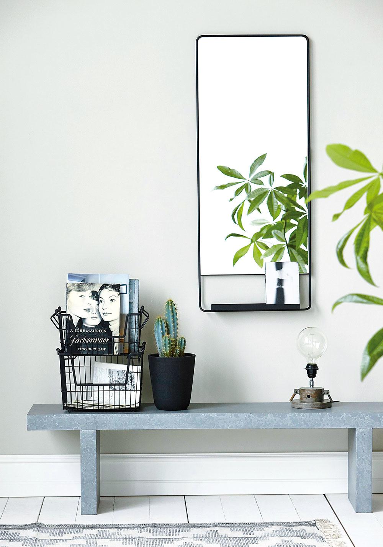 Zrkadlo je v predsieni bezpochyby nevyhnutnosť. Ak uprednostňujete minimalizmus, riešenie s tenkým tmavým rámom a šikovnou poličkou na odloženie drobností určite nebude krok vedľa.