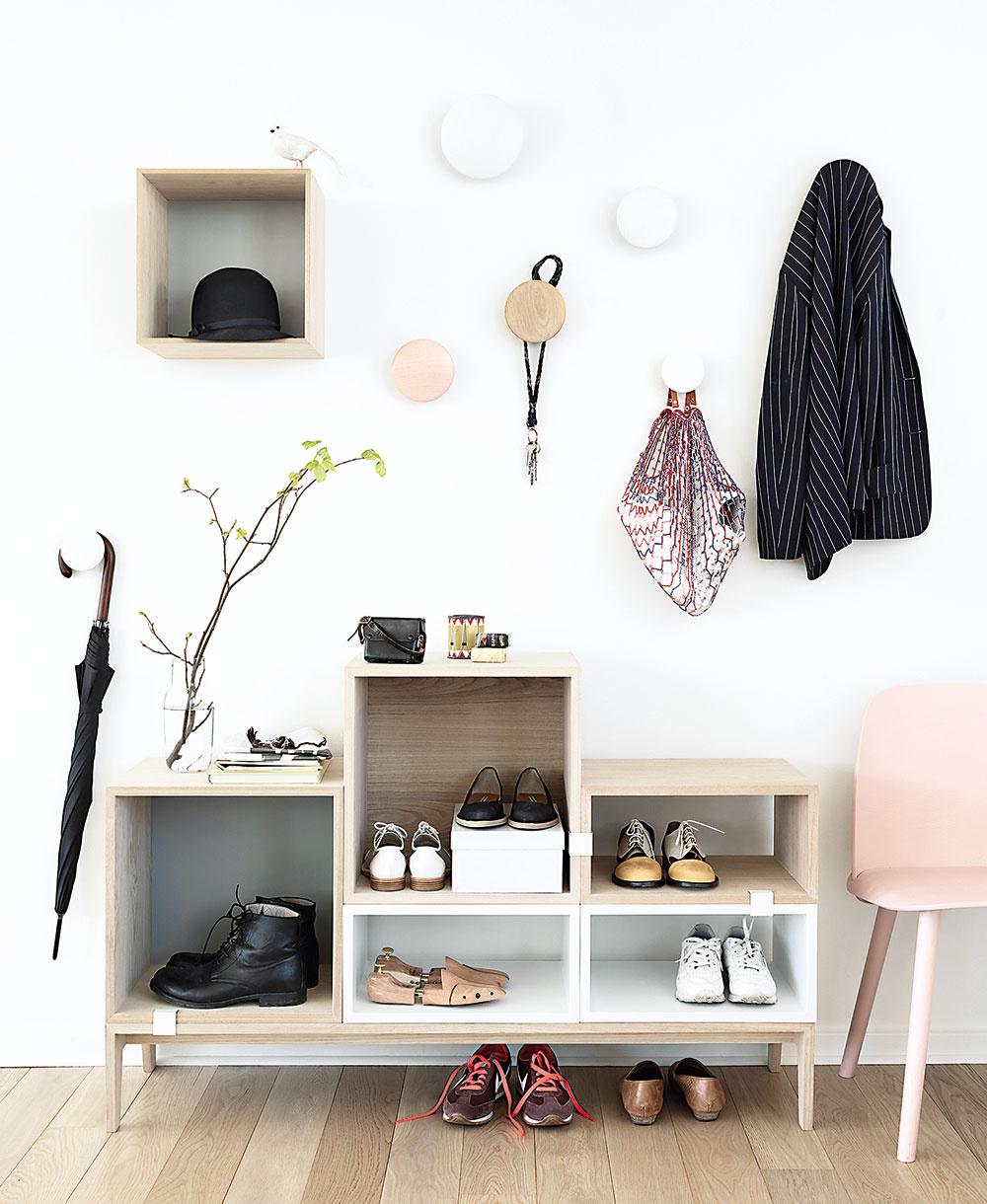 Hravý policový diel od značky Muuto sa zaraz premení na štýlovú skrinku na topánky. Ak si ju vyskladáte zrôzne vysokých komponentov, svoje miesto si tu nájdu aj vysoké čižmy. Kúpite na www.designville.sk.