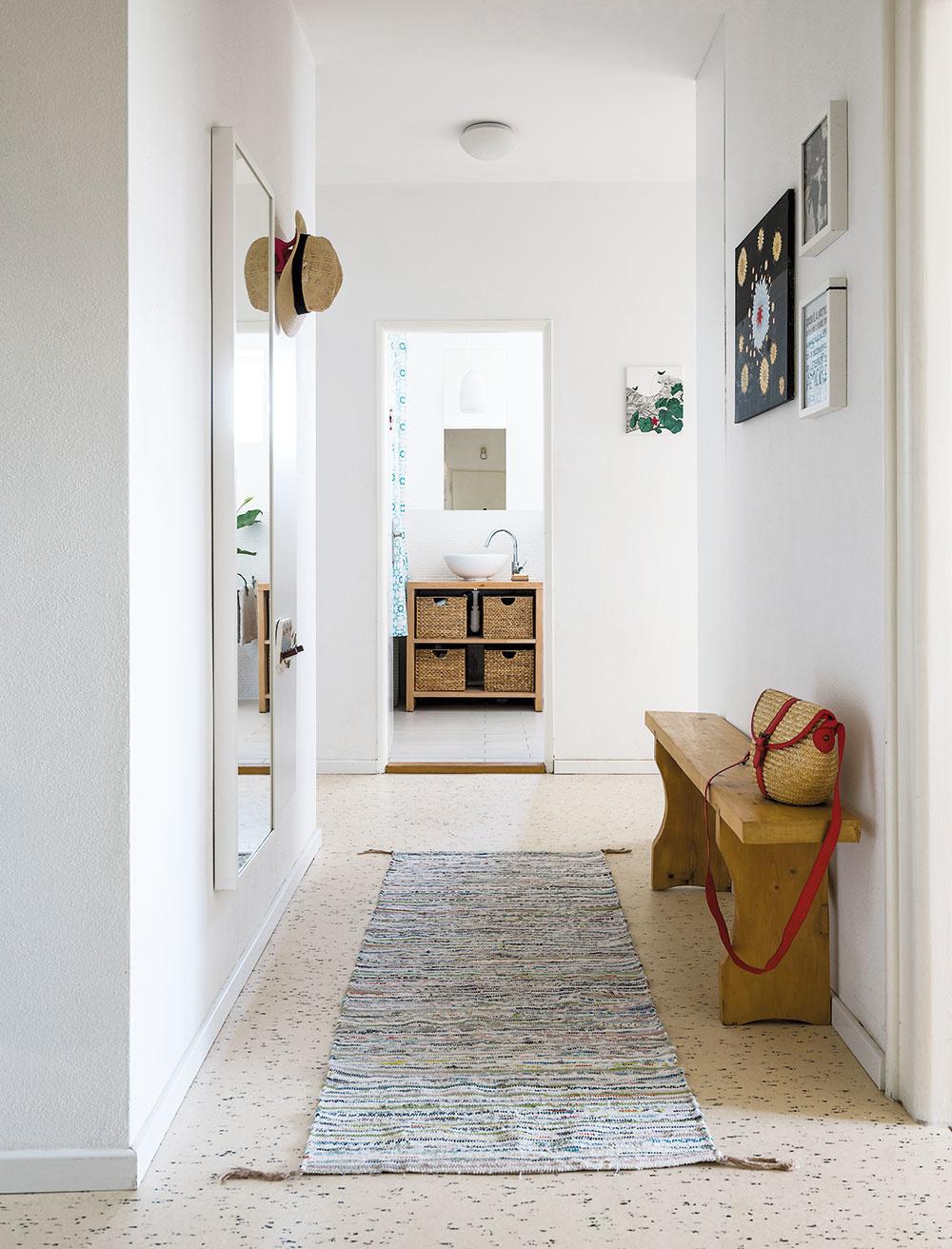 Aj vstupné priestory by mali naplno odzrkadliť vašu osobnosť. Peknou ukážkou je bývanie architektky Zuzany Piatrovej a jej rodiny. Základom sú tvárne biele steny, na ktorých nechýbajú menšie obrazy. Tie priestor dekorujú a v rôznej forme sa prelínajú celým bytom.
