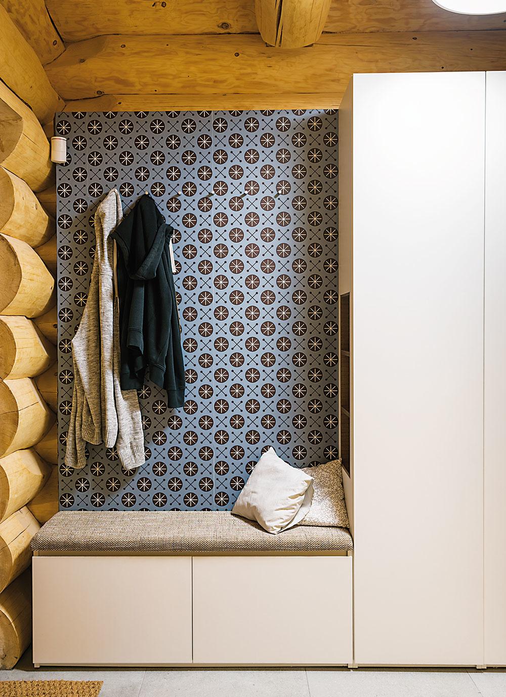 Sedenie ako priama súčasť nábytkovej zostavy je praktické, vkusné a vďaka čalúneniu aj pohodlné. Použitím uzavretých skriniek pôsobí toto riešenie z dielne tandemu pavlech : : paulišin architekti naozaj čisto, praktickým spestrením sú bočné zabudované poličky.