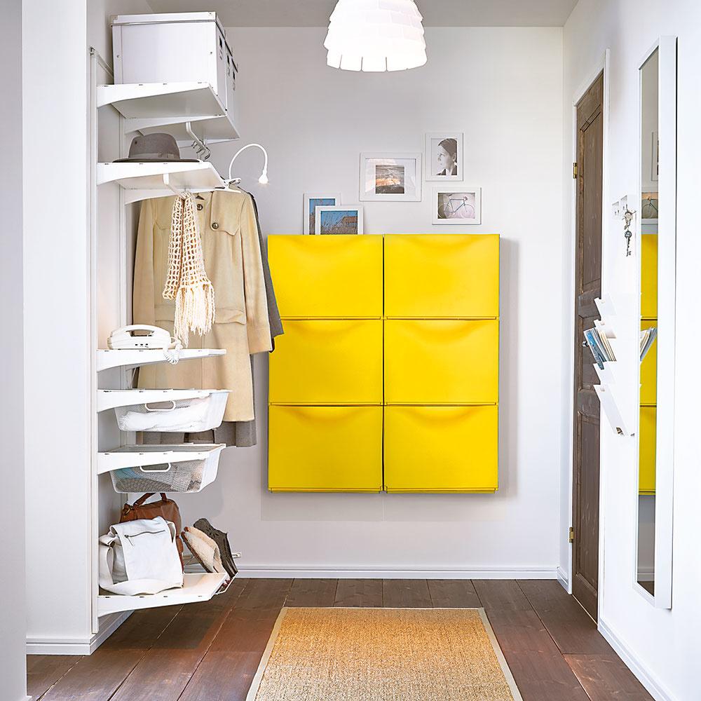 Mdlosť sa z predsiene zaručene vytratí, ak do nej vnesiete aspoň jednu výraznú farbu. Žiarivé žlté skrinky na topánky TRONES z portfólia Ikey sú peknou ukážkou  toho, ako jednoducho sa dá z interiéru vyhnať nuda.
