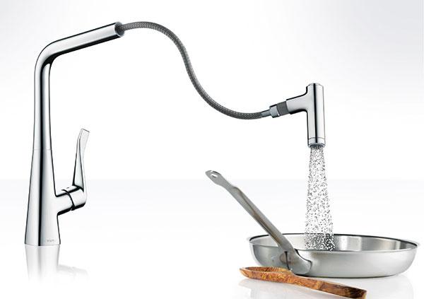 Jednoduchšia obsluha. Nová armatúra Metris od Hansgrohe s ergonomickou rukoväťou a výsuvnou sprchou ponúka dva typy prúdu: normálny a sprchový, ktoré jednoducho prepínate stlačením tlačidla. Pomocou normálneho prúdu naplníte nádoby presne a bez striekancov. Na dôkladné očistenie a opláchnutie zeleniny, šalátu, rýb alebo mäsa prepnite na veľkoplošný sprchový prúd. Dlhá rukoväť poskytne vašej ruke, prstom, alebo aj lakťu viac priestoru na pohodlné otváranie, zatváranie a presné nastavenie teploty. (www.hansgrohe.sk)