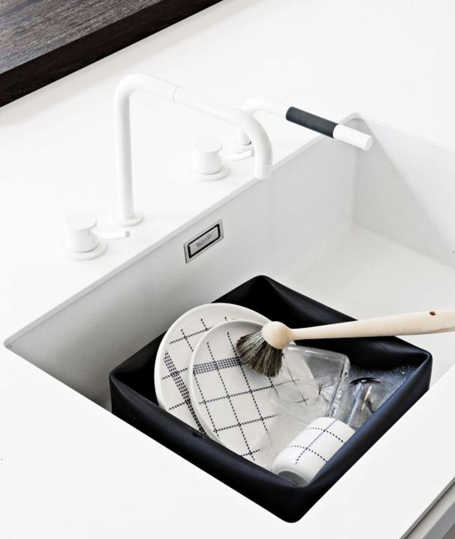 Vyžeňte nudu zkuchyne. Za tento inovatívny aflexibilný kus kuchynského vybavenia získala značka Normann Copenhagen ocenenie Formlandprisen 2002 vDánsku aDesignPlus 2002 vNemecku. Môžete ho použiť na umývanie riadu, na rastliny, na uloženie hračiek alebo časopisov, prípadne ho naplňte ľadom amôžete vňom chladiť víno. Dá sa v ňom tiež skladovať šalát či ovocie. Súčasťou je kefka zbrezového dreva sprírodnými štetinami. 30 × 30 cm, výška 14 cm, 73,11 €, www.nordicday.sk