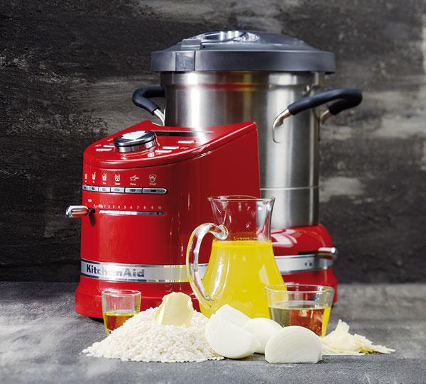 """Intuitívny robot KitchenAid Cook Procesor disponuje inteligentným avšestranným """"all-in-one"""" nastavením, vďaka ktorému zvládne všetko od varenia, vyprážania, mixovania až po šľahanie amiešanie. Kdispozícii máte 6 automatických režimov varenia alebo manuálny režim, pri ktorom je varenie úplne pod kontrolou."""