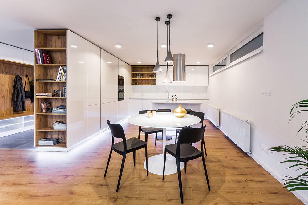 Postupné radenie zón kuchyne, jedálne aobývačky votvorenom priestore vychádza zfunkčných požiadaviek pri ich používaní. Kuchynský ostrov alebo barový pult šikovne určuje rozhranie kuchyne ajedálne – možno ho využívať zoboch strán (ako pracovnú plochu, ale aj ako miesto na príležitostné stolovanie) askrinky obrátené do jedálne aobývačky môžu reflektovať jemné odlišnosti vo vzhľade zariadenia.