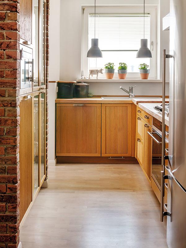 TEHLOVÝ STĹP tvorí zkuchynskej strany skelet pre časť kuchynskej linky, ktorá je vňom zapustená.