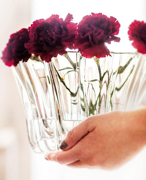 REZANÉ KVETY vširokej váze prezrádzajú, že majiteľka má cit pre detaily, ktorýmivie navodiť pocit útulného domova.