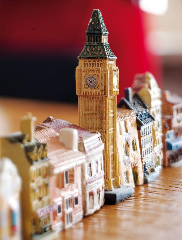 KERAMICKÉ DOMČEKY si Marta nosí ako suveníry zciest. Big Ben zLondýna, domček zpražskej Zlatej uličky, grécky dom smodrými okenicami… Dúfa, že sa jej znich raz podarí vybudovať celé mesto.