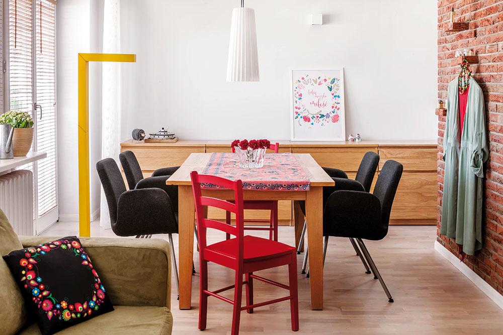 SVIETIDLÁ NAD STOLOM sa vedia prispôsobiť aktuálnemu aranžmánu – stôl je postavený rovnobežne sostĺpom asvietidlá sú umiestnené vjeho pozdĺžnej osi. Keď ale stôl otočíte o90 stupňov tak, aby bol kolmý na stĺp, stačí prevesiť jeden luster na iný háčik.