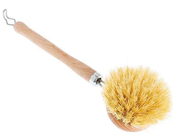 Tvrdá sbukovou rúčkou avymieňateľnou hlavicou srastlinným vláknom od značky Keller Bürsten, 29 cm, 2 €, www.prijemneveci.sk
