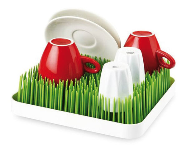Originálny plastový v tvare umelej trávy od značky Boon, v bielom alebo zelenom vyhotovení, 24,1 × 24,1 × 6,4 cm, 25,50 €, www.kociky.sk