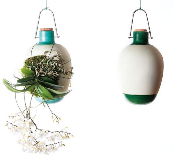 Rastliny vmodernom byte nemusia mať len striktne zaužívanú formu – existuje veľa závesných nádob vrátane rôznych nevšedných riešení. Peknou ukážkou je originálna kolekcia závesných váz na epitifické pestovanie rastlín, ktorú navrhlo talianske štúdio Dossofiorito.