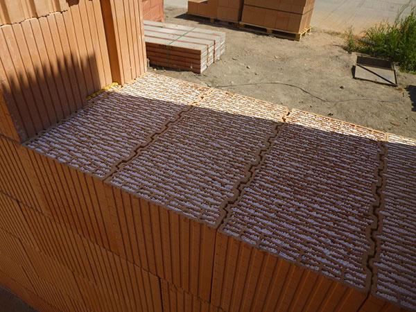Na prvý a posledný rad tehál použili tehlové bloky HELUZ Family 2in1, aby eliminovali nepriaznivé tepelné prúdenie vzduchu.