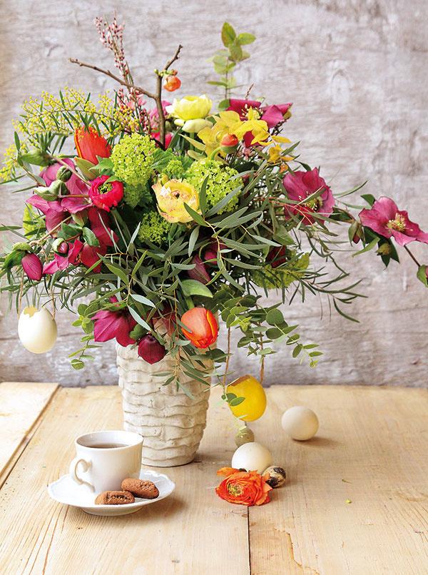 Pestrá kytica zaručene rozžiari každú domácnosť. Nebojte sa v rámci jedného aranžmánu použiť kvety rôznych farieb a doplniť ich vetvičkami eukalyptu či halúzkami dulovca. Počas veľkonočného obdobia môžete kyticu dozdobiť aj vajíčkami.