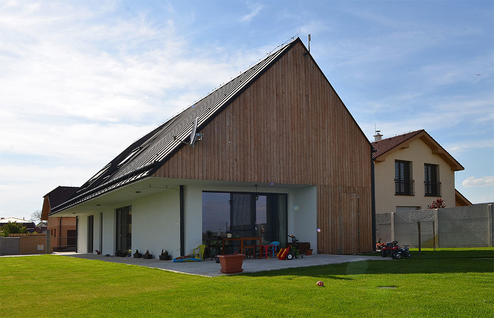 Dom so zakódovaným pokojom našich hôr, alebo to najlepšie zo slovenských dreveníc v modernom poňatí