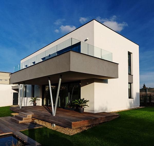 Ani kvádre nemusia byť nudné: Elegantný rodinný dom s vodnou plochou