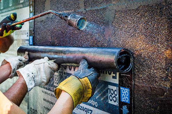 Natavovanie zvislej hydroizolácie treba zveriť do rúk špecializovanej realizačnej firmy.