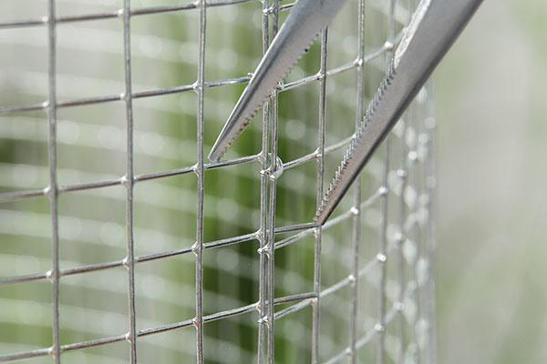 6. SPOJENIE Konce pletiva zoboch strán spojíme. Vyčnievajúce kusy zahneme pomocou klieští smerom dovnútra, prípadne použijeme drôt.