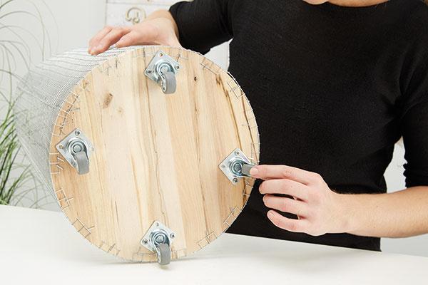 8. VRECKO NA BIELIZEŇ Konečne náš kôš na bielizeň dostáva svoju podobu, ešte je ale potrebné vrecko na bielizeň. Ja som jednoducho použila obliečky na vankúš vhodnej veľkosti.