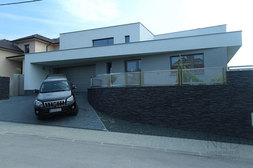 Nenápadný elegantný dom pre viacčlennú rodinu v bratislavskej Rači