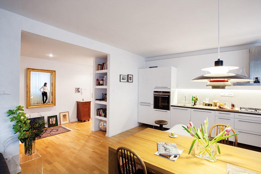 Kuchyňa je praktickou a zároveň finančne nenáročnou voľbou z Ikey, zástenu za linkou vytvorili z naimpregnovanej stierky z pohľadového betónu. Takáto plocha sa dobre udržiava a ukázala sa ako veľmi praktické riešenie.