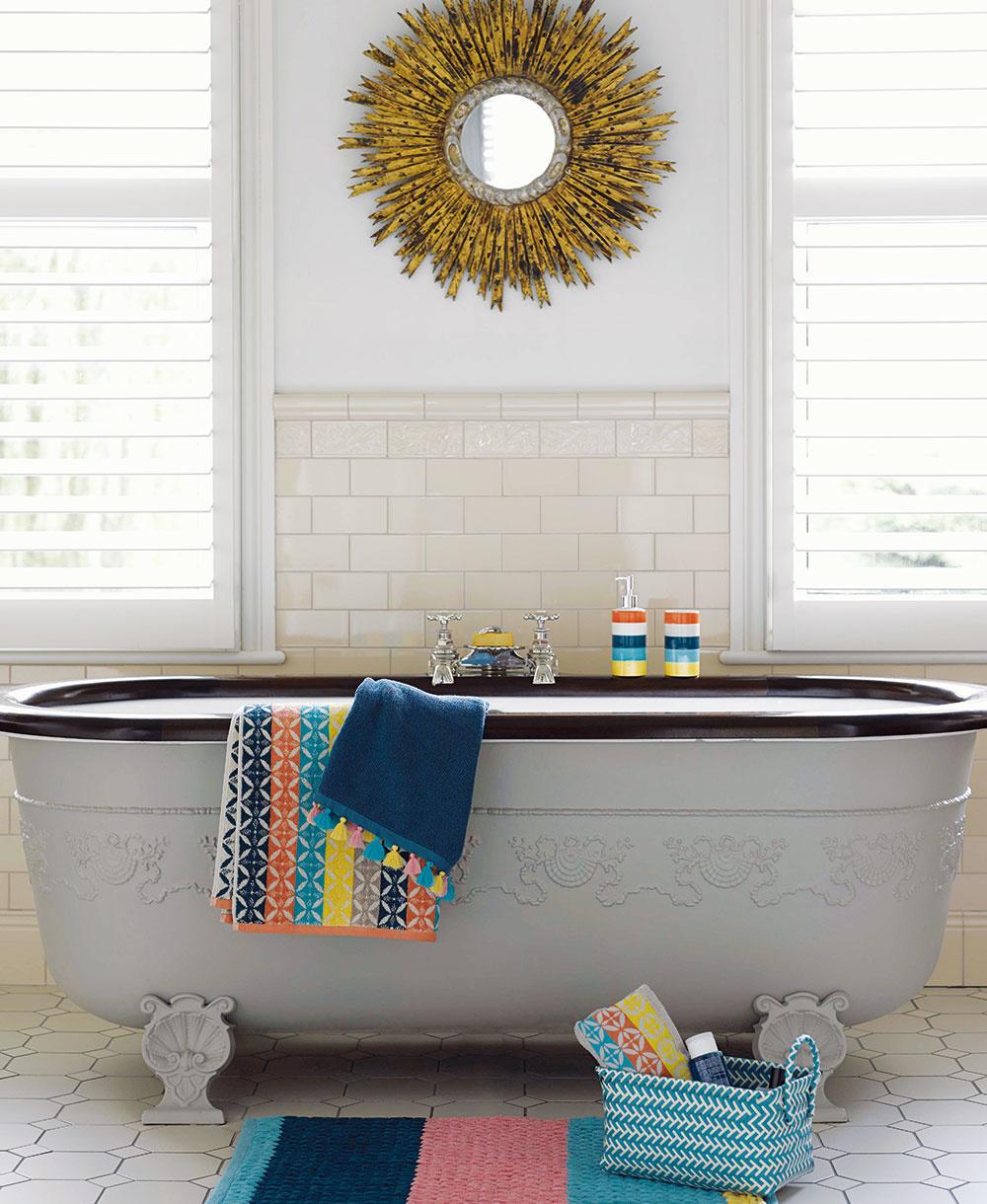 Veľká kúpeľňa si vyžaduje pri zariaďovaní aj väčšiu odvahu, správne kombinovanie materiálov afarieb. Do veľkorysých priestorov si môžete dovoliť umiestniť iväčšie zariadenie, napríklad luxusnú hlbokú vaňu.