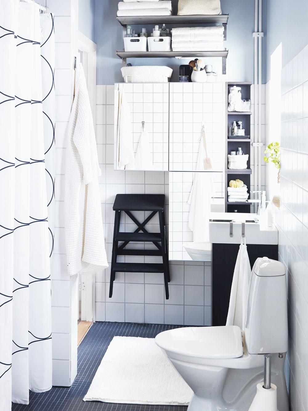 Využite všetky steny malej kúpeľne, aby sa do nej vošlo všetko, čo tam potrebujete mať. Šikovné nápady a úložné možnosti dokážu potom aj z malej miestnosti vyčarovať multifunkčný priestor. Viac inšpirácií nájdete na www.ikea.sk