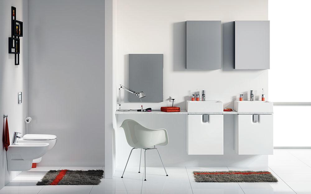 Vďaka menším rozmerom klozetu či umývadla v spojení so skrinkami je možné vytvoriť dostatok úložného priestoru a tiež začleniť zrkadlá a úzke elegantné zrkadlové skrinky. Sériu Keramag iCon xs predáva Kolo.