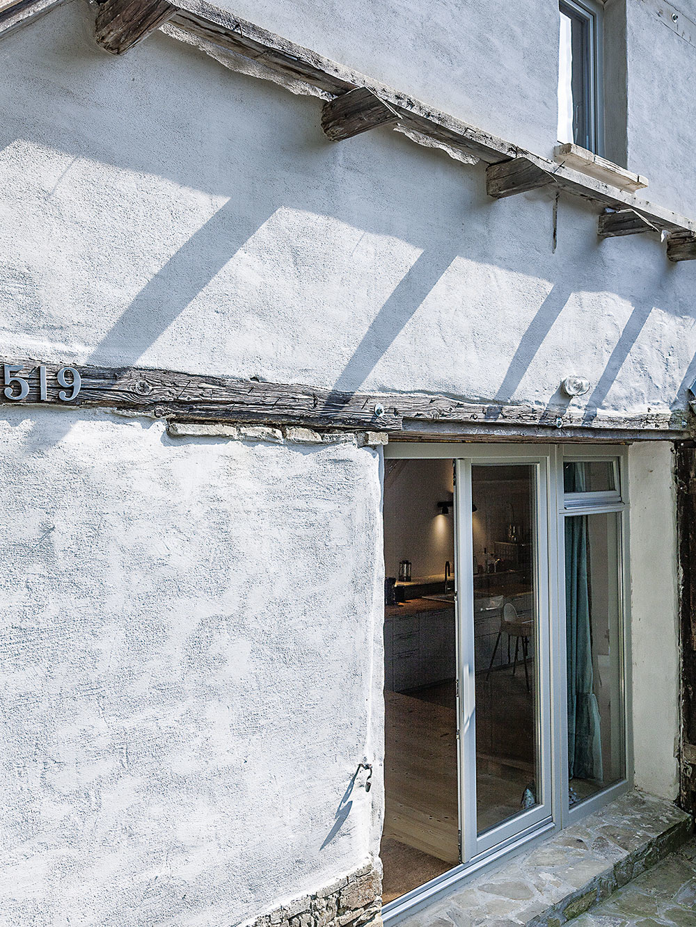 Hlinené múry stodoly boli zachovalé, atak sa búranie otvorov na okná advere zaobišlo aj napriek prvotným obavám majiteľov bez väčších problémov.