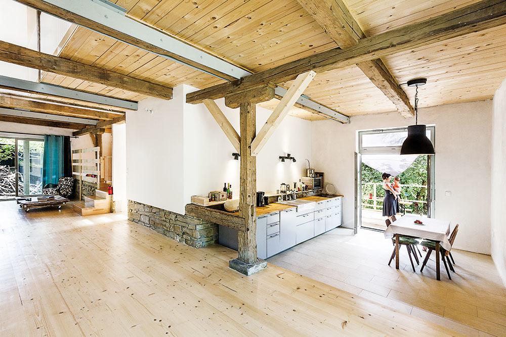 Veľká kuchyňa spriamym vstupom na terasu a kuchynskou linkou bez horných skriniek je ideálna na menšie oslavy.