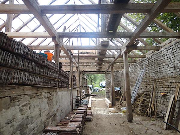 Krov stodoly vyžadoval generálnu opravu. Časť trámov sa spevnila použitím pásovej ocele, poškodené časti nahradili nové zdreva.