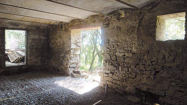Vspálni spriamym vstupom na terasu, ktorá zaujme svojím klenbovým stropom akamenným obkladom stien, sa vminulosti nachádzal chliev.