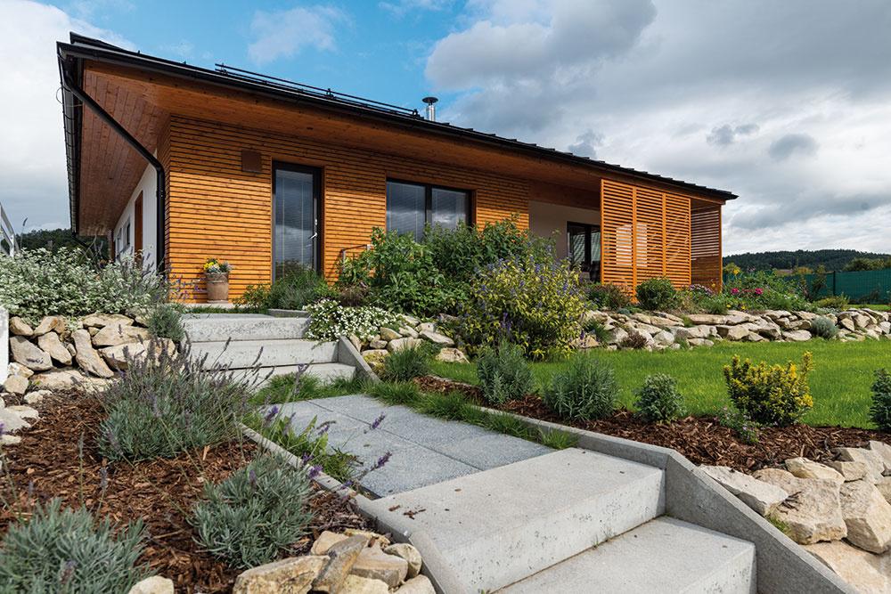 """Estetické aj funkčné. Kvôli solárnym tepelným ziskom sú takmer všetky okná na dome francúzske, v lete ich tieni presah strechy a zaujímavé posuvné drevené okenice. """"Výborne sa osvedčili aj počas veterných alebo daždivých dní – vtedy nimi chránime terasu  a domácnosť si tak jednoducho zväčšíme o ďalšiu miestnosť."""""""