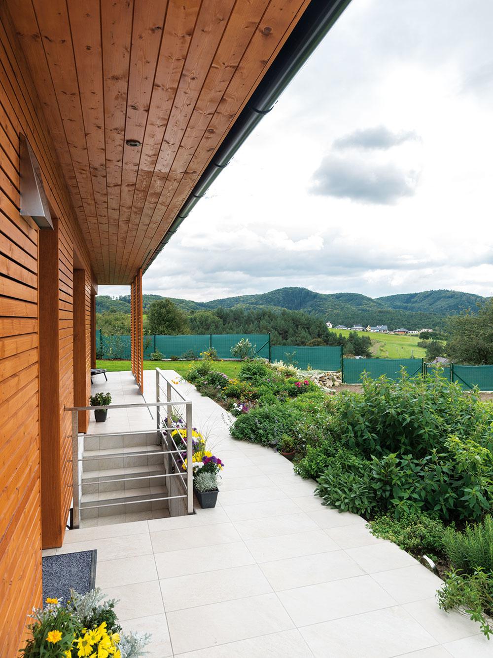 Dve terasy sú trochu atypické, no príjemné – jedna je orientovaná na výhľad na juhozápade, druhá, severná, je perfektná v letných horúčavách.