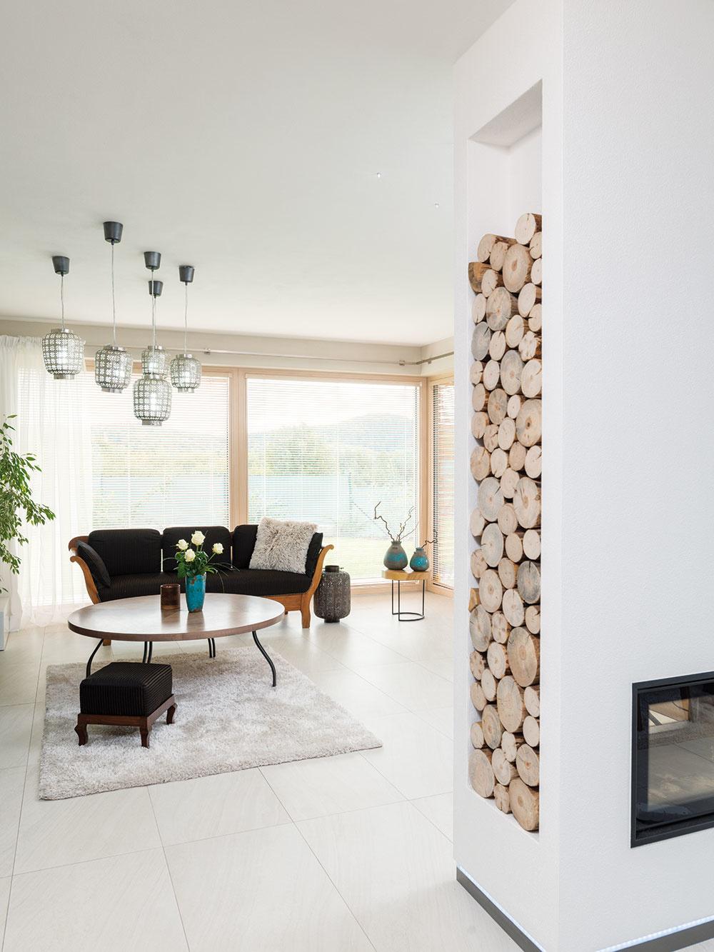 Kozub je doplnkovým zdrojom tepla. Hlavným je stenové vykurovanie inštalované v hlinených paneloch, ktoré sa v lete využíva aj na chladenie interiéru.