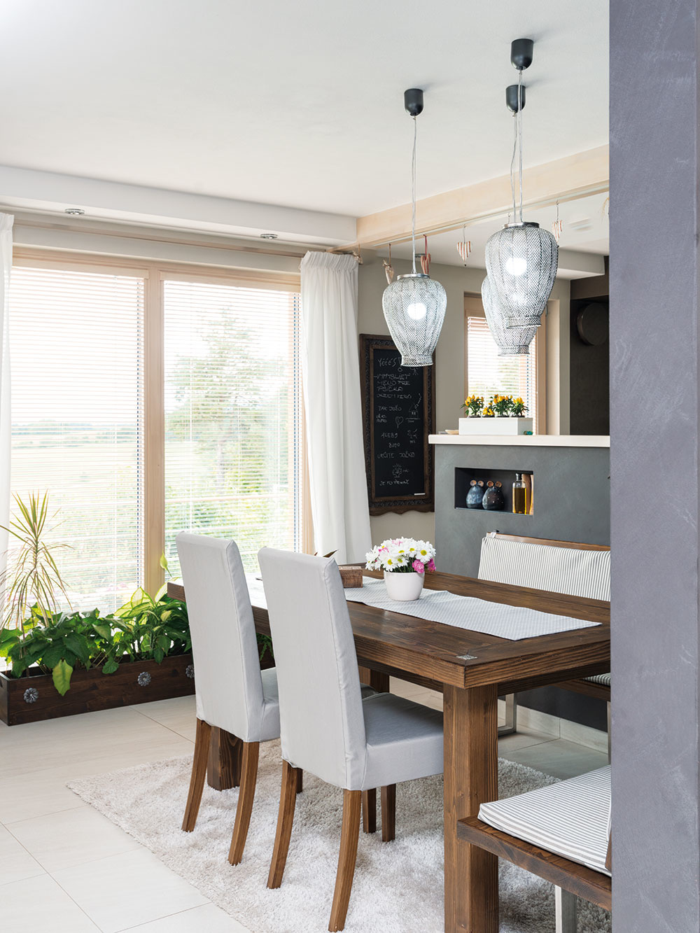 Interiéry sú dielom majiteľky, rovnako ako návrh celého domu, ktorý koncipovala ako maximálne úsporný a postavený z recyklovateľných materiálov.