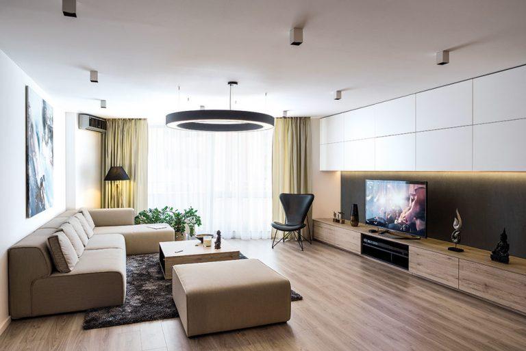 V minimalistickom bratislavskom byte si majiteľ osvetlením dotvára atmosféru