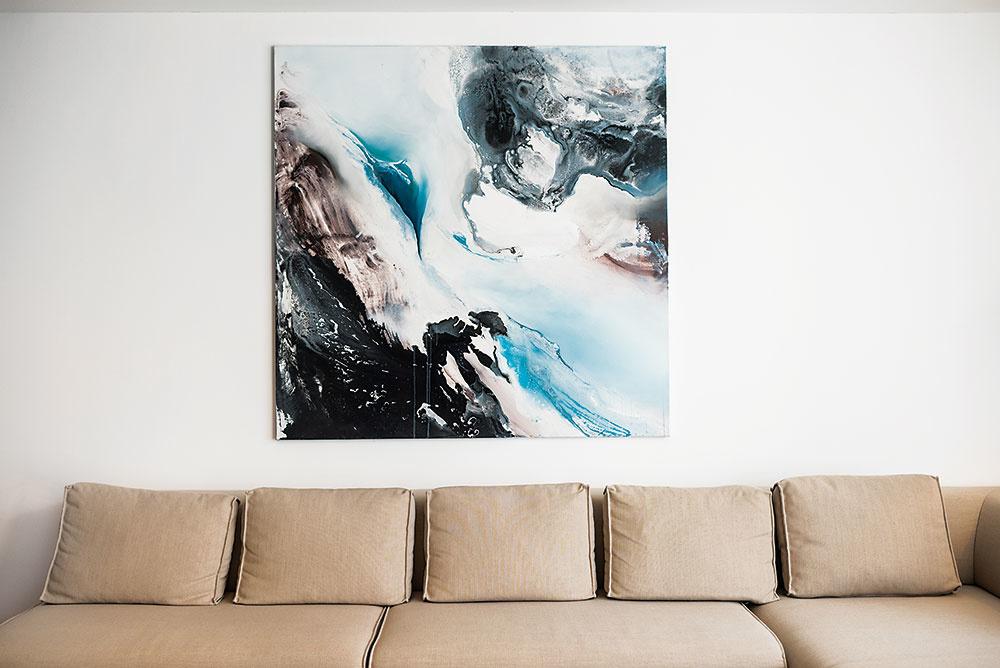 Byt dekorujú tri veľké plátna, ktoré Martinovi učarovali na prieskume prác študentov VŠVU. Autorkou dvojice obrazov vdennej časti je Češka Nikol Struhárová, ten vspálni zase namaľovala Slovenka Gabriela Halás.
