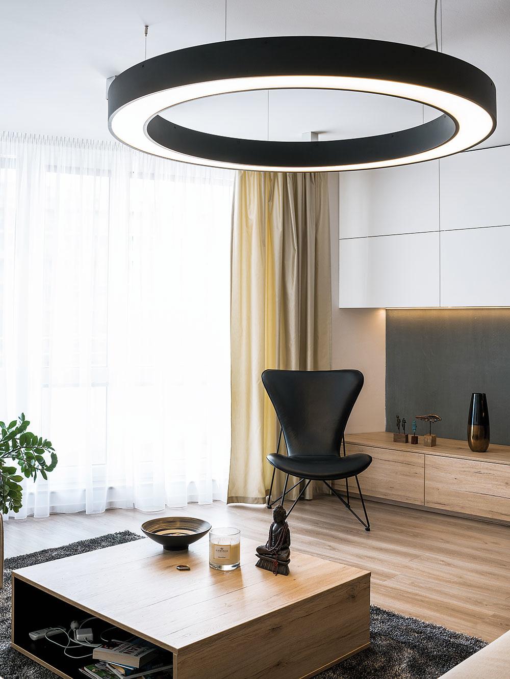 Svetelná obruč vobývacej izbe, tzv. ufo, predstavuje najvýraznejší prvok osvetlenia – intenzitu svetla možno podobne ako vprípade LED pásov rôzne nastaviť. Pridaným bonusom je dekoratívna funkcia.