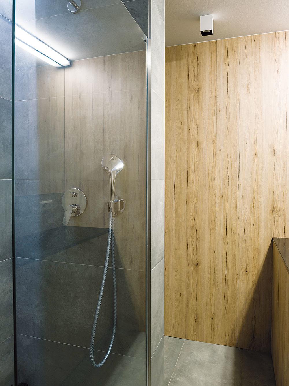 Kúpeľňa sWC farebne imateriálovo harmonizuje so zvyškom bytu. Namiesto vane sa tu nachádza praktický walk-in sprchový kút.