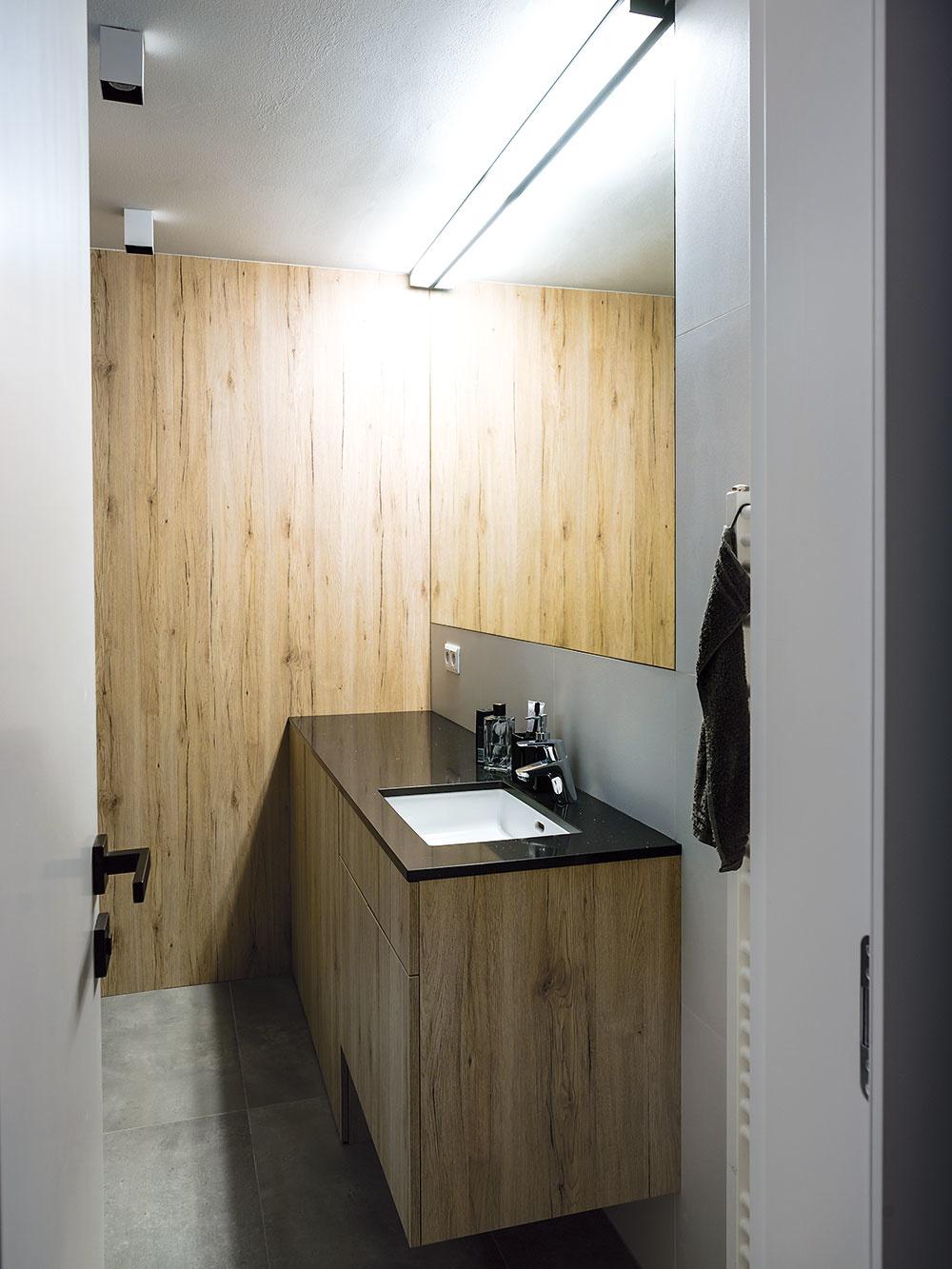 Všetky nábytky vrátane kuchynskej linky, konferenčného stolíka vobývacej izbe, šatníkových skríň vspálni, samotného šatníka aumývadlovej skrinky vkúpeľni vyrobilo na mieru štúdio Daniela Interiér.