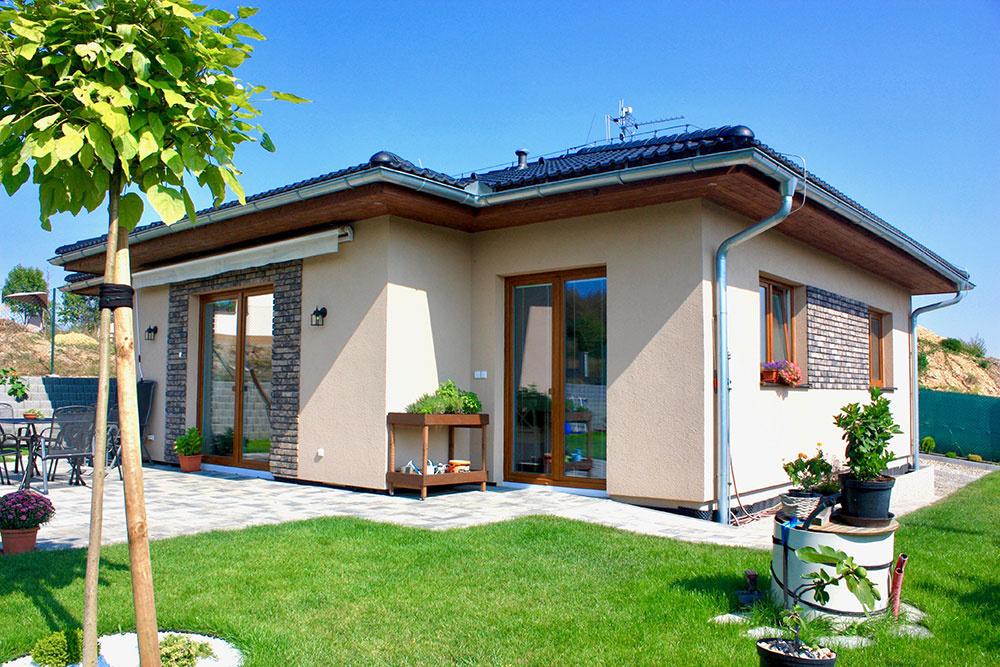 Splnený sen. Za domom terasa azáhrada, vdome vidiecka romantika vprovensálskom štýle.