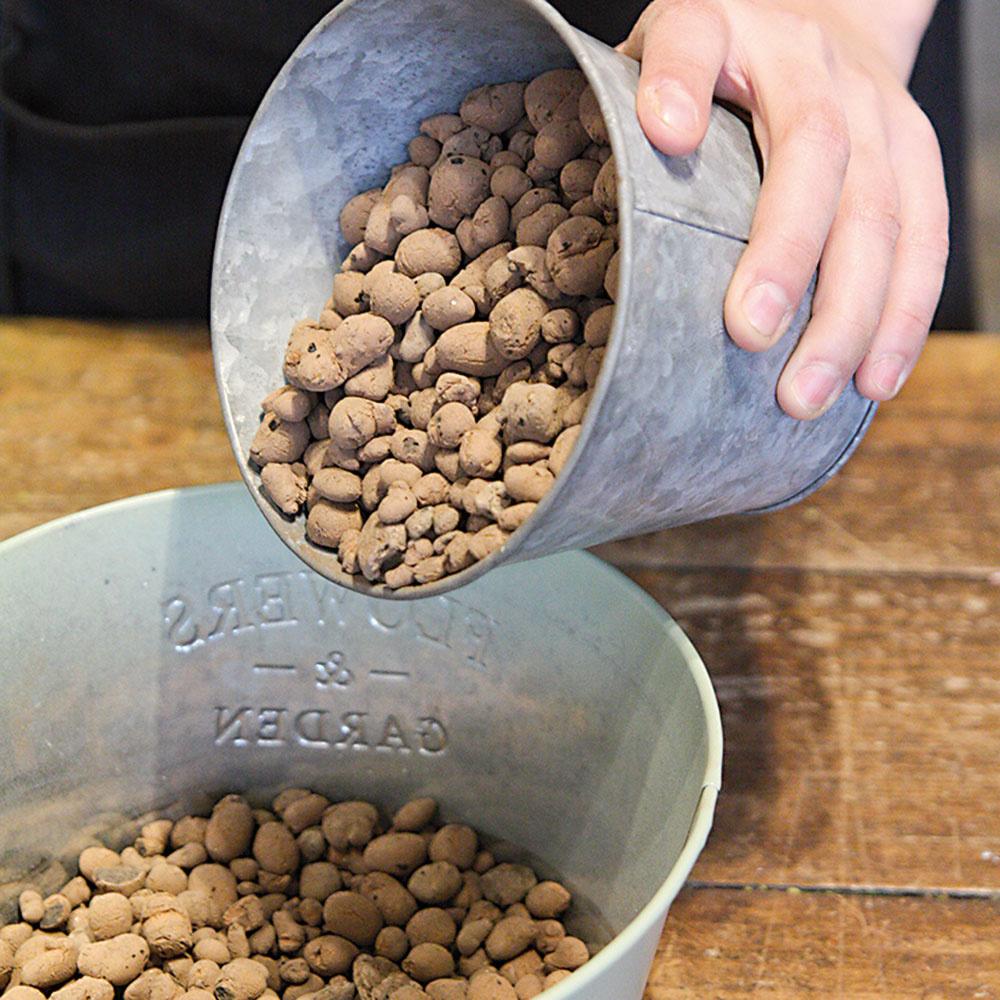 Do nádoby nasypte drenážnu vrstvu keramzitu vo výške zhruba 1,5 cm.