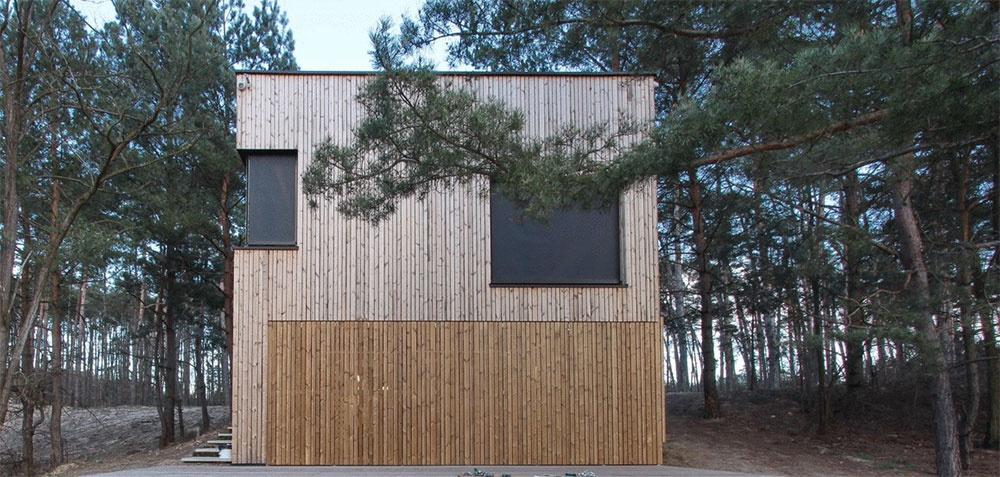 V borovicovom lese na Záhorí majú modernú chatu ako druhý domov