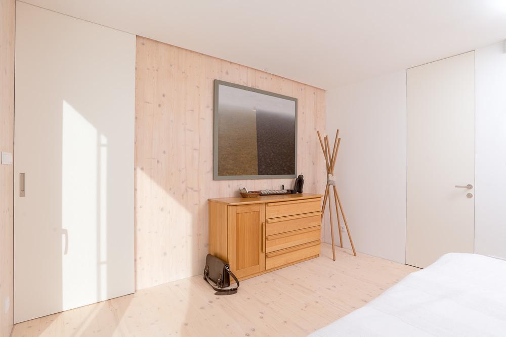 Pasívny dom v klasickom duchu: Strecha skrýva galériu i príjemnú pracovňu