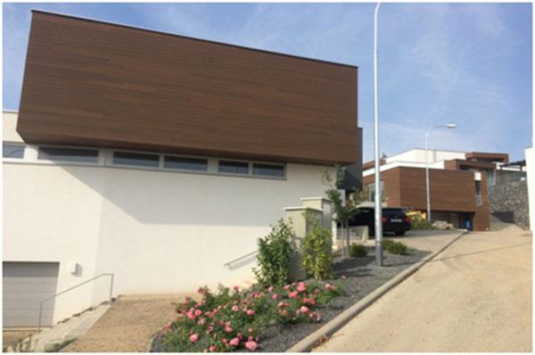 Na fotografii je v popredí fasádny obklad realizovaný na tomto projekte v Brne v roku 2013 a vpravo v pozadí v roku 2016.