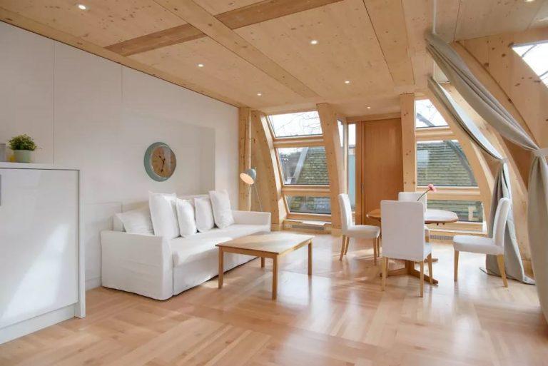 Mimoriadne slnečný byt: Takmer polovicu obvodovej steny tvoria presklené panely