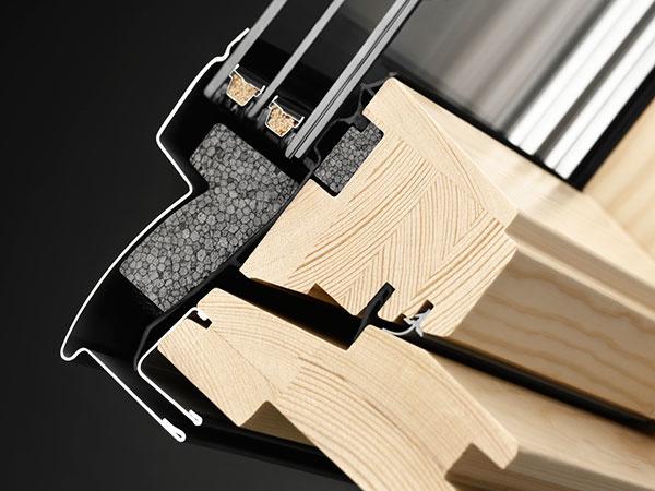 Strešné okno s trojsklom kombinuje výborné tepelnoizolačné vlastnosti a atraktívnu cenu.