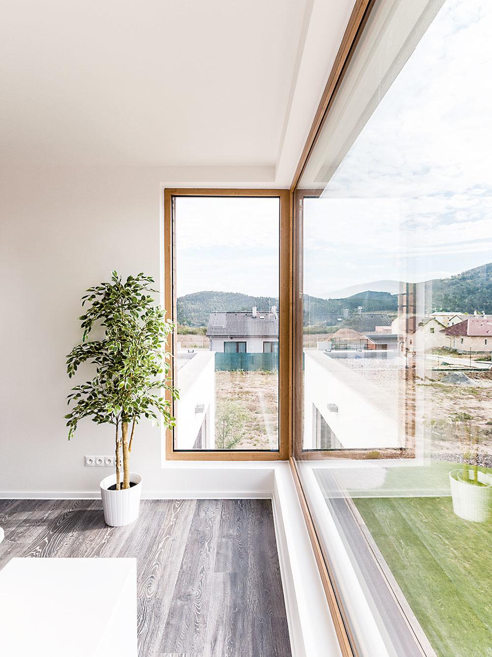 Vdrevostavbe vLevíne použili okná strojitým zasklením akvalitnými plastovými profilmi – Inoutic Eforte (drevený dekor na poschodí obloženom drevom) aInoutic Prestige (antracitová sivá na omietnutom prízemí).
